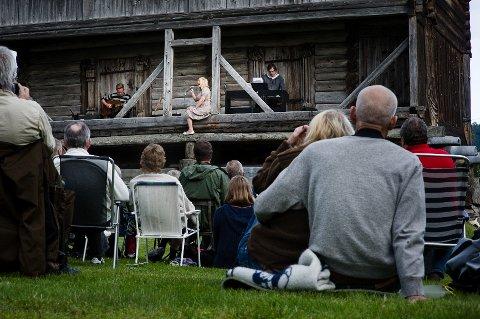 Helene Bøksle Trio trollbandt 173 tilhørere da de holdt konsert på middelaldergården Søre Kravik i Nore mandag kveld.