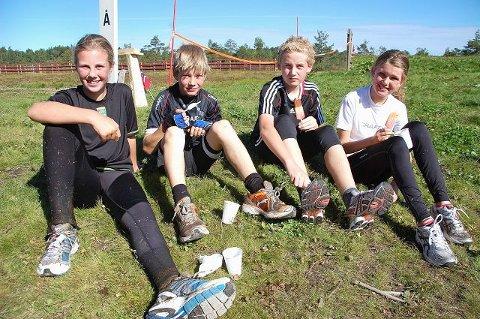 Karoline Haugeland (f.v.), Øyvind Trollsås, Mathias Moland og Emilie Stålerød Larsen fra Andebu koste seg med is etter å ha gjennomført triatlon i Stokke. Foto: Maja Christensen