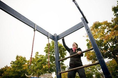 Klatring er  fin trening. Lene Martinsen Østby demonstrerer  i et stativ.