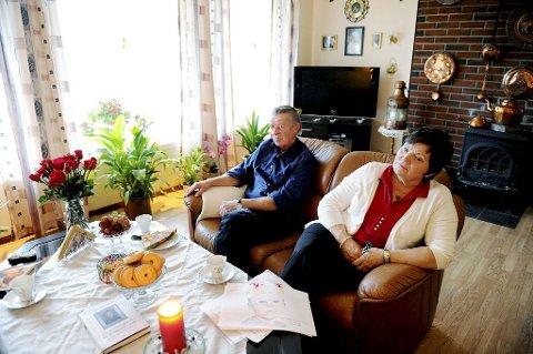 VEKKER: – Christoffers død engasjerer over hele landet. Vi får brev og tegninger av Christoffer – og henvendelser fra mennesker som opplever det samme som oss, forteller Gunnar og Ragnhild Gjerstad. Foto: Anne Charlotte Schjøll