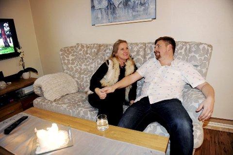 SAMMEN: Monica Østervold og Thomas Gundersen har et krevende og lærerikt år bak seg på «foreldreskolen». Nå opplever de et normalt familieliv, med vanlig høyt støynivå.  Foto: Anne Charlotte Schjøll