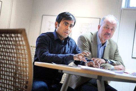 Arifur Rahman (27) er i sikkerhet i Norge og Drøbak. Her sammen med Helge G. Simonsen, styreleder i Avistegnernes Hus i Drøbak.