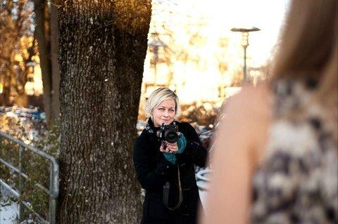 Silje liker best å ta bilder med naturen i kulissene, og lar seg ikke stoppe av frost og minusgrader. FOTO: LINN ISAKSEN