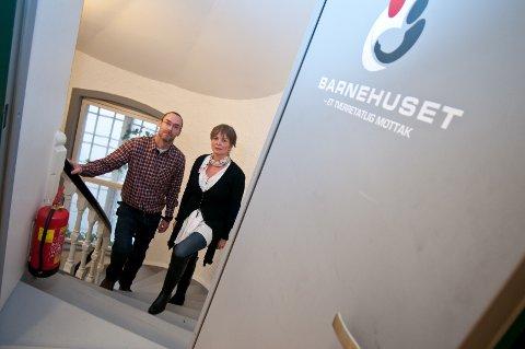 Psykologspesialist Pål Vegard Hagen og rådgiver og daglig leder Kari Rostad på vei opp trappa til Barnehuset.