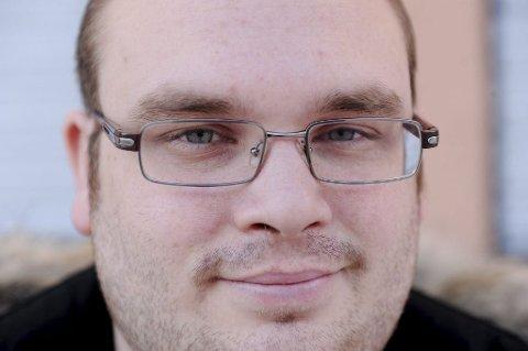 LEKSI-GAL: Lars Åge Kamfjord oppdaterer Wikipedia i opptil 30 timer i uka. Foto: Anne Charlotte Schjøll