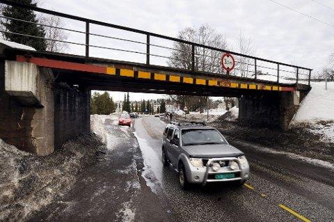 HEVES: Jernbanebrua i Sykehusbakken skal løftes for å gi plass til busser og lastebiler. Foto: Per Gilding