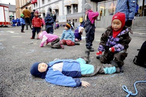 BARNESTREKER: Her har Max Eldevik lagt seg ned, slik at Camilla Linh Vu kan tegne omrisset av ham på asfalten. Begge er fra Semsløkka barnehage. Alle foto: Anne Charlotte Schjøll