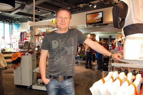 VIL BEHOLDE DE ANSATTE: Håvard Lunde og de andre eierne bak Sportlodgen gjør det godt på sportsklær i Trsyilfjellet. Nå vil de sørge for helårsjobb til de ansatte. Bildet er fra Sportlodgen på Radisson Blu på Turistsenteret.