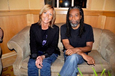 Anja Katrine Tomter tok imot Bobby McFerrin da han kom til Hamar onsdag. I kveld holdt han konsert på Scandic.