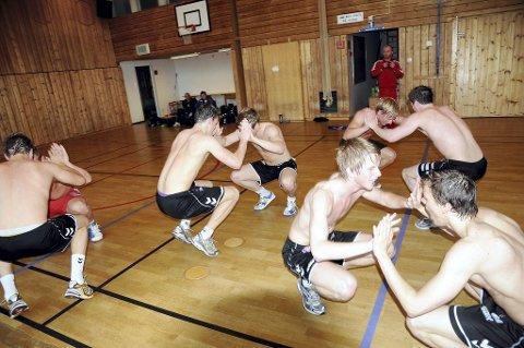 TUNGT: Spenstreningen med TKs brytetrener Jimmy Molin (i rødt bak) får frem melkesyren i beina. Her presser Jonas Gundersen (nærmest høyre) og Tarjei Hamborg ut sine siste krefter. Foto: Reidar Lindqvist