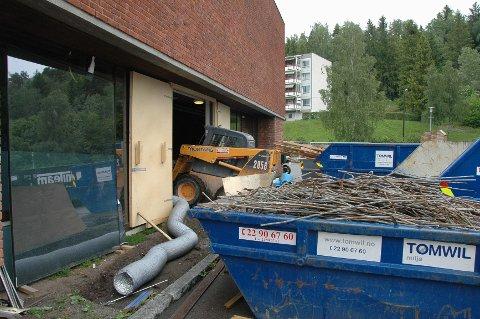 ARBEID PÅGÅR: Oppussingsarbeidene ved Rustad skole er allerede i gang. Svømmebassenget og garderober skal pusses opp, og skolen vil få nytt santitæranlegg.
