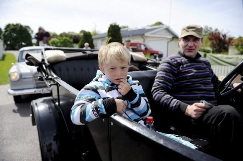 Nikolai Borge Skjeggerød (6) fikk være med farfar Arve Skjeggerød på tur med veteranbilen.