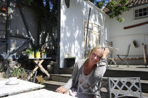 SOMMER IGJEN: Dorthe Endresen er klar for sesong nummer 20 på Gamle Ormelet. Når bygningen nå er vinterisolert håper hun det kan bli mer liv og røre året rundt i fremtiden. Foto: Anne Charlotte Schjøll