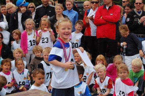 Luna Moqvist snart 4 år følger i sine søskens fotspor. Hun er aktiv deltager på allidretten og syntes det å komme på pallen var kjempegøy.