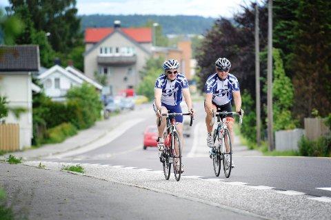 SINTE: Anders Swift (t.v) og Lars Gran hadde et lite hyggelig møte med en buss da de var på sykkeltur gjennom Semsbyen. Foto: Anne Charlotte Schjøll