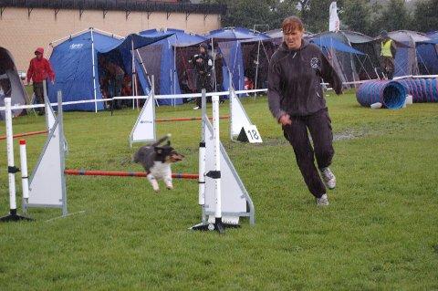 <B>Lise-Iren Hansen</B> og hunden Timmi konkurrerte i agility klasse 3, søndag. Foto: Natalie Remøe Hansen