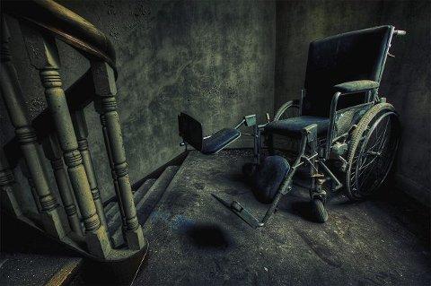 Enkelte områder, særlig rundt trappene, er det fare for å gå igjennom gulvet.