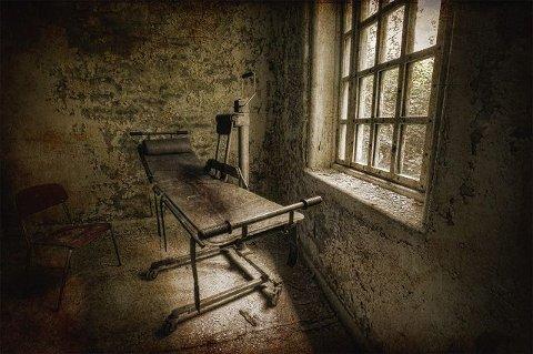 I de ulike rommene, som for mange minner om celler, står det ofte igjen ensomme møbler eller benker med belter.