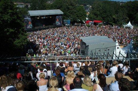 – I uka som kommer avslører Slottsfjellfestivalen ett og ett band, hver dag, sier pressesjefen i festivalen, Henrik Holta-Lysell.