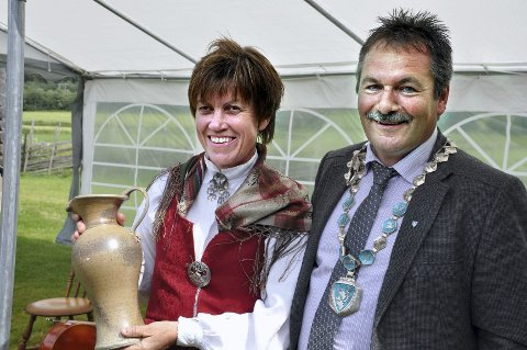 HEDRET:  Kultursjef Toril Andreassen fikk hedret av ordføreren for sin store innsats innen kulturlivet i Rendalen.