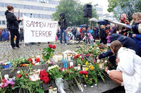 Mange la ned blomster og tente lys på Torget før og etter fakkeltoget. Foto: Olaf Akselsen