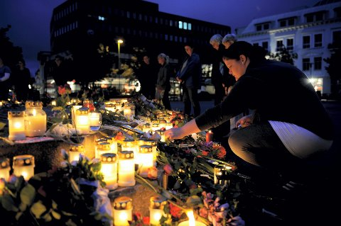 Ann Linn Nilsen tenner lys på Torget i Sandefjord mandag kveld. Foto: Flemming Hofmann Tveitan