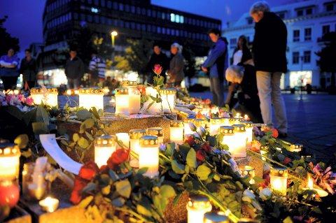 Selv om ingen fra vår by ble skadd eller drept i terrorangrepene, lar sandefjordingene seg rive med i minnemarkeringene. Foto: Flemming Hofmann Tveitan