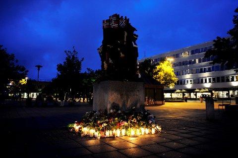 """""""Vi ere en nasjon vi med, vi små en alen lange"""". Ooså ved 17. mai-statuen på Torget blir det lagt ned blomster og tent lys. Foto: Flemming Hofmann Tveitan"""