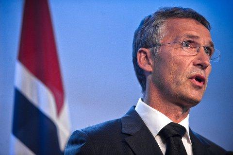 Jens Stoltenberg kunngjorde at staten gir 100.000 kroner til begravelse og minnesamvær for hver av ofrene etter terrorangrepene på Utøya og i Oslo 22. juli.