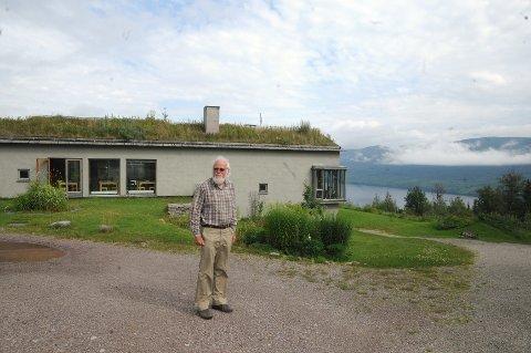 FLOTTE OMGIVELSER: Sigmund Bø har stadig nye planer for Lia gård, som har fantastisk utsikt over Storsjøen i Rendalen. (Foto: Tore Sandberg)
