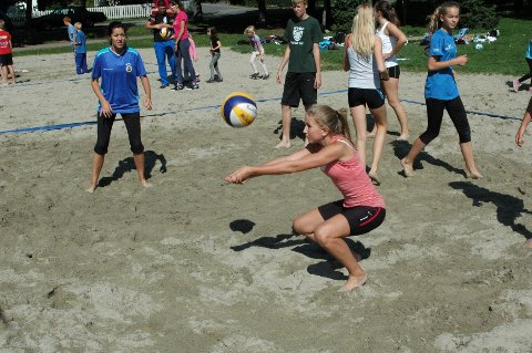 TEKNIKK: Guro Ølnes viste hvordan man mottar en ball.