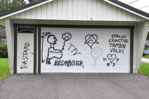HÆRVERK: Tore Brodtkorbs bolig i Elverum har blitt utsatt for skadeverk i form av skjellsord, både norsk og flere andre språk. (Foto: Anders Bronken)