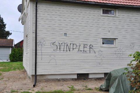 HÆRVERK: Tore Brodtkorbs bolig i Elverum har blitt utsatt for skadeverk i form av skjellsord, både norsk og flere andre språk.