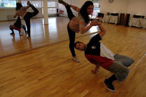 SPREKE: Dansestudio 11-rum er klar for en ny sesong, her med instruktørene Samira A-Jara og Javier Morales. (Foto: Merete N. Netteland)