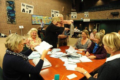 Nå er tellingen i gang, blant annet på rådhuset. Fra venstre: Heidi Roggert, Nina Svensson, Anne Marie Gustavsen, Tor Rogstad, Elin Hjertås Holst, Jorund Bjerkely og Grethe Halvorsen Beck.