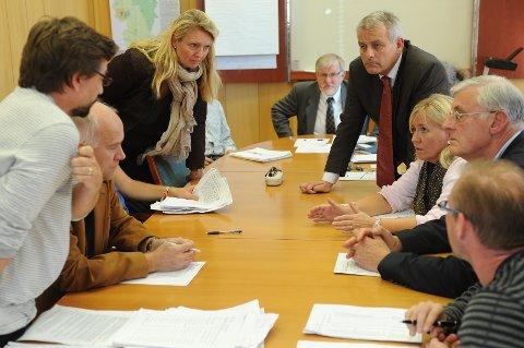 Valgstyret ble til slutt enige om å telle på nytt alle kumuleringer og slengere. Valgresultatet i Ski er dermed ikke endelig klart før førstkommende torsdag - sannsynligvis. Etter alt å dømme ender det med borgerlig flertall. Her er det fra venstre: Bård Hogstad (Sv), Arvid Herland (Ap), Hanne Opdan (Ap), Georg Stub (ordfører H), Kristian Bjerke (H), Anne Kristine Eikebråten (H), Gudmund Arnold Nyrud (H) og André Kvakkestad (Frp) som diskuterer. I tillegg var Anne Marit Holene (Sp), Edvin Søvik (Ap) og Knut Tønnes Steenersen (Frp) til stede på møtet.