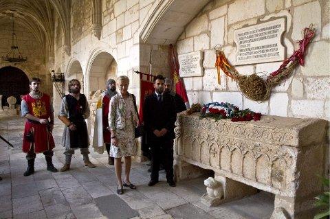 BLOMSTER: Generalkonsulent Eva Høegh og ordføreren i Covarrubias Oscar Izcara la blomster ved prinsisse Kristinas sarkofag i kirken.