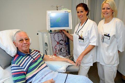 Per Ole Nordli blir passet på av sykepleierne Nina Paulsen og Cathrine Madsen.