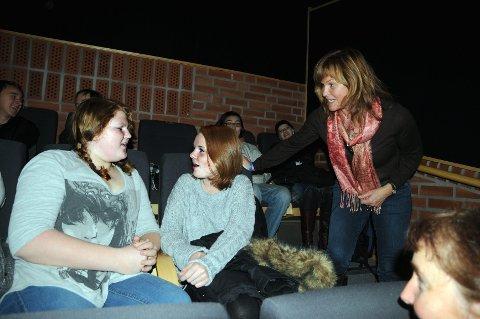 ENGASJERTE ELEVER: Charlotte B. Westbye (til venstre), Siri Rusten og resten av 9.-klassingene ved Åmot ungdomsskole ble utfordret og fikk mange gode tips av tanketrener Line Langaard Solberg (stående til høyre)