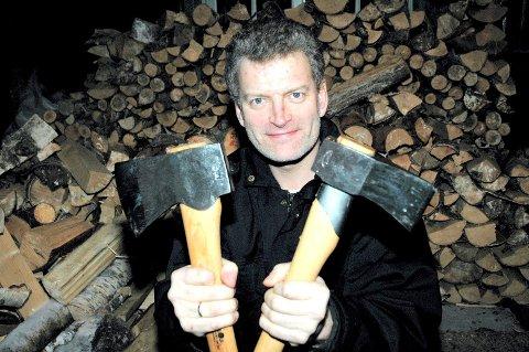 ØKS: Lars Mytting har kjøpt seg håndlagde økser fra Gränsfors Bruk som belønning for bokstrevet. Begge foto: Cathrine Loraas Møystad