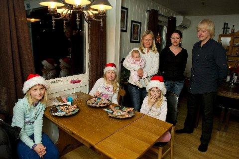 Tiåringene Mari Bang Alm (t.v.) og Pernille Marie Alm Thon, Henriette Bang Alm (7), Vibeke Alm Thon, Hanne Camilla Bang Alm og Espen Sæter Alm reagerer på at skolens juleavslutningen ble gjort om til vintermarkering.