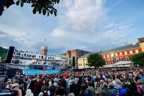 Mange hadde møtt opp for å se jubileumsforestillingen på Bragernes torg i sommer.