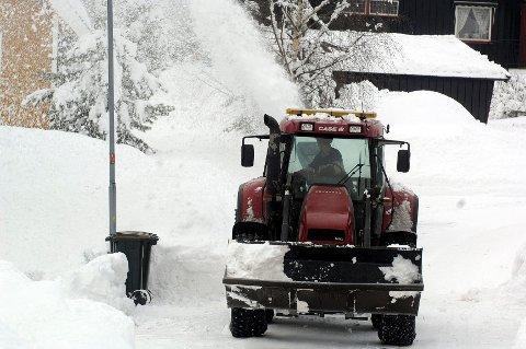 Brøytemannskap hadde sin fulle hyre med å få unna snøen som falt lørdag. Og nå er det mer snø i vente.