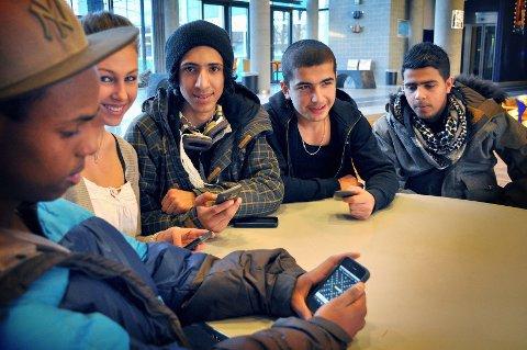 Khalid Abdiaziz Ibrahim (f.v.), Ina Helene Mehammer, Jones Alyasiri, Delgash Amir Ali, og Ahmed Al-madioum digger Wordfeud. Foto: Janne Grytemark
