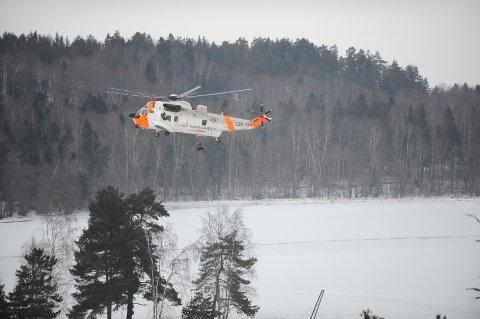 En person ble hentet av et Sea King-helikopter etter å ha falt gjennom isen ved Ørastranda på Nøtterøy.