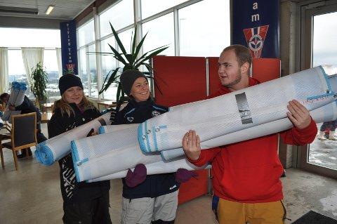 Vikersund hoppsenter syder av aktivitet nå om dagen før VM-festen. Her har Mona Grefstad (til v.), Mia Gundersen Keita og Simen Rogstad fra Modum Fotballklubb fått nye arbeidsoppgaver.