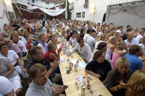 Mer enn 50.000 mennesker har forlystet seg med revy og allsang i de syv årene Hvalsommer har holdt det gående i Bakgården i Sandefjord.