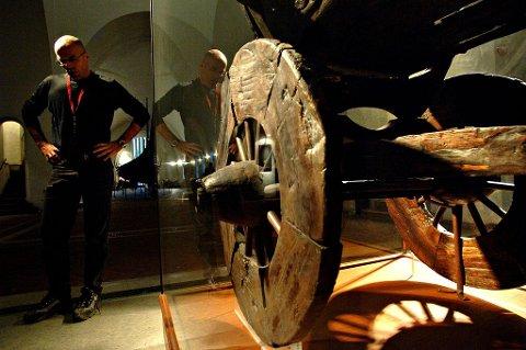 Deler av Osebergvogna er blant gjenstandene som er i ferd med å smuldre opp, og trenger strakstiltak. I prosjekt «Saving Oseberg» er det søkt om en hastebevilgning for å redde gravgodset. Her med billedskjærer Bjarte Aarseth på Vikingskipshuset.