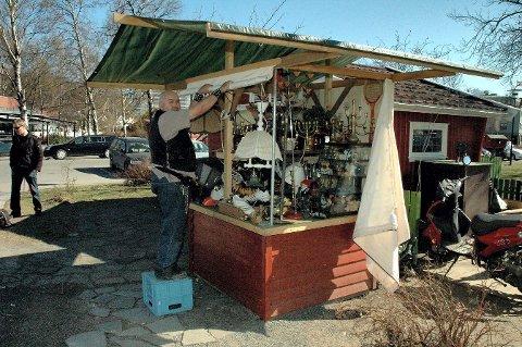 Flere varer tvang Thor Werner til å bygge denne salgsboden foran hovedboden.