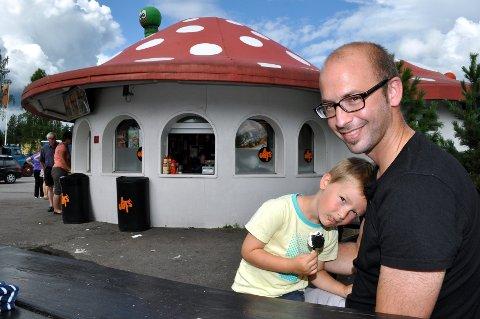 Ola Skar fra Oslo mener det er synd at Soppen skal rives. – Det er tredje gang jeg stopper her. Vi har kjørt forbi her mange ganger, sa han til Østlendingen i fjor sommer. På fanget har han sønnen Leon som koser meg is i sommersola.